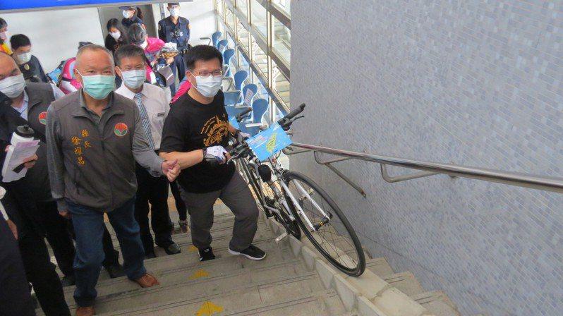 交通部長林佳龍(右)今天體驗鐵馬結合雙鐵遊台灣,宣示明年自行車旅遊年。記者范榮達/攝影