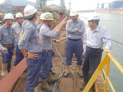 台灣國際造船公司發生新建造貨櫃船編號1121進出塢泛水事件,人員到船塢了解事故原...
