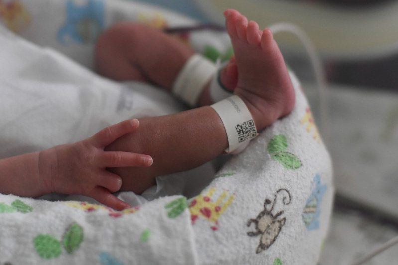 星國一名曾在年初確診染疫的孕婦,日前產下一名帶有新冠病毒抗體的男嬰。新華社