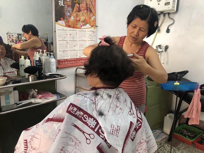 柯燕珠從事家庭理髮,剪髮只收30元,相當佛心價。記者林敬家/攝影