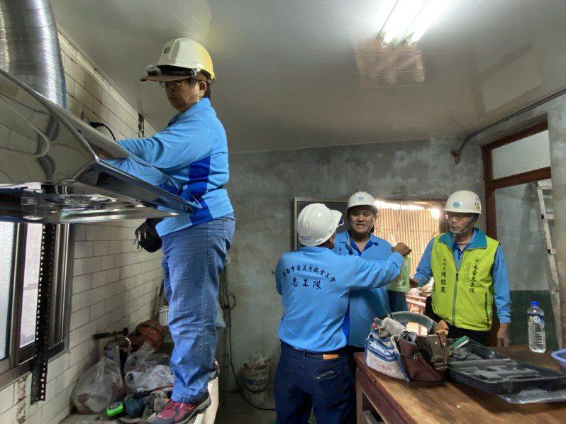 台南市政府勞工局「做工行善團」志工犧牲假日為弱勢勞工修繕,迄今已130戶。圖/台南市勞工局提供
