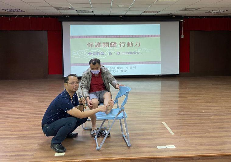 衛福部中醫科科主任馮天祥指出穴位的正確位置。圖/彰化醫院提供
