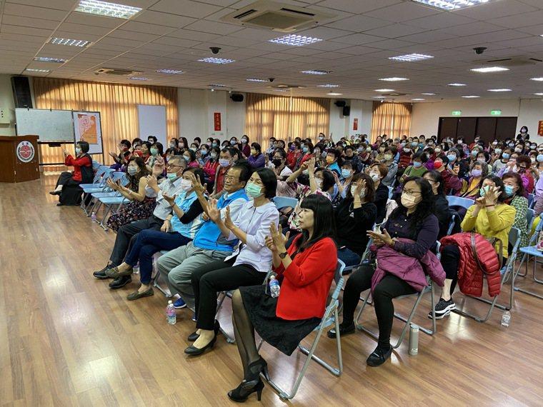 彰化縣溪湖鎮公所舉辦婦女保健健康講座,男性聽眾也不少。圖/彰化醫院提供