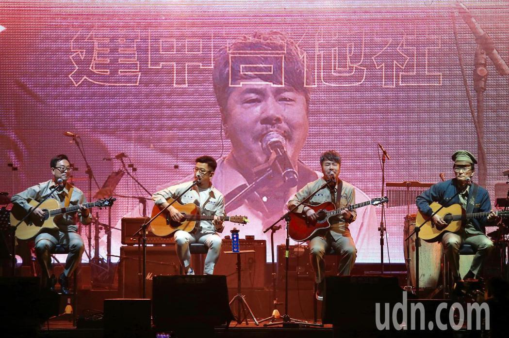 《因為愛琴演唱會》下午在華山1914文創園區Legacy開場,黃國倫(右二)、陳...
