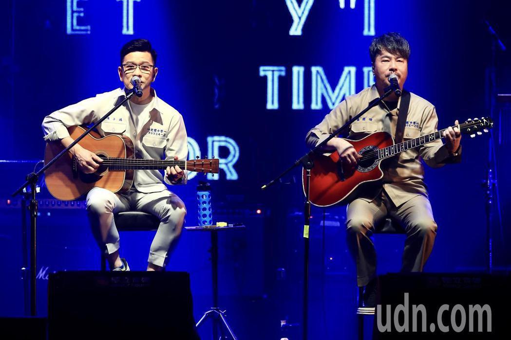 《因為愛琴演唱會》下午在華山1914文創園區Legacy開場,黃國倫(右)、陳子...