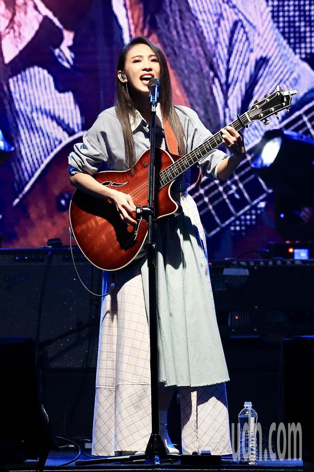 《因為愛琴演唱會》下午在華山1914文創園區Legacy開場,戴佩妮演唱。記者林...