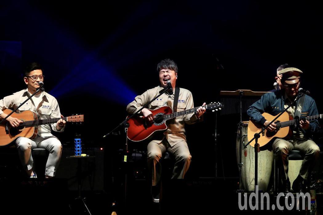 《因為愛琴演唱會》下午在華山1914文創園區Legacy開場,黃國倫(中)、陳子...