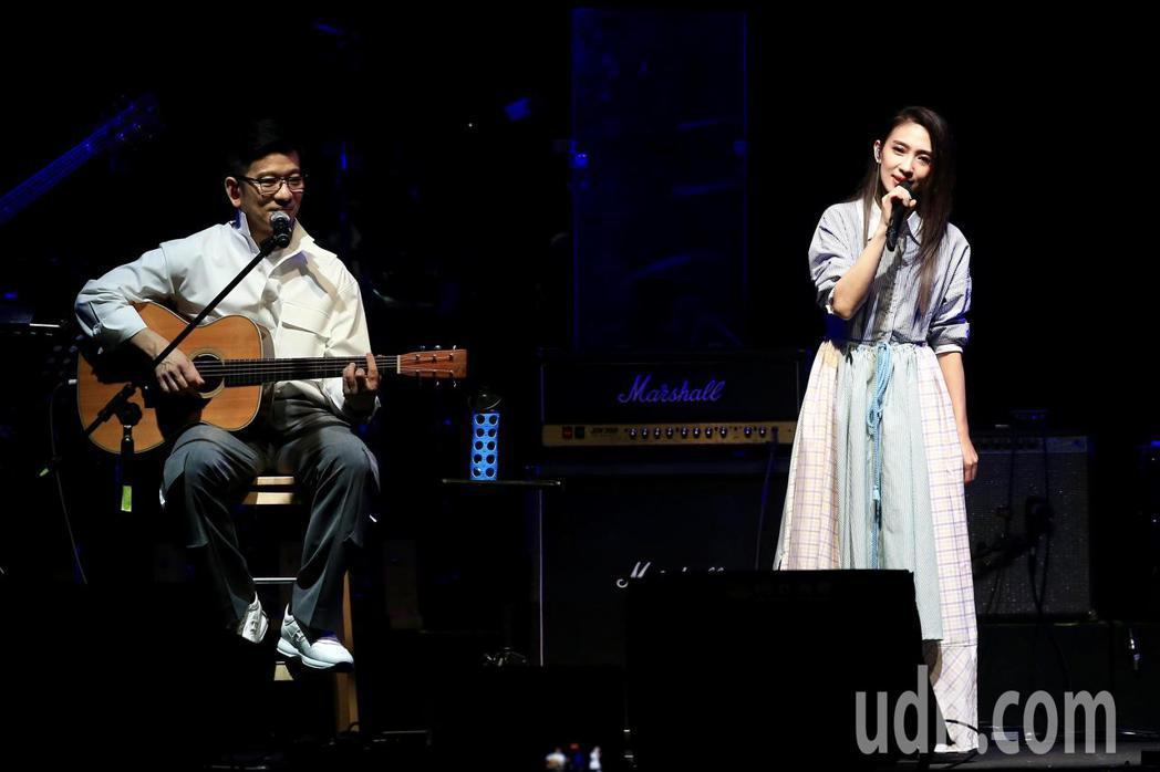 《因為愛琴演唱會》下午在華山1914文創園區Legacy開場,戴佩妮(右)與陳子...