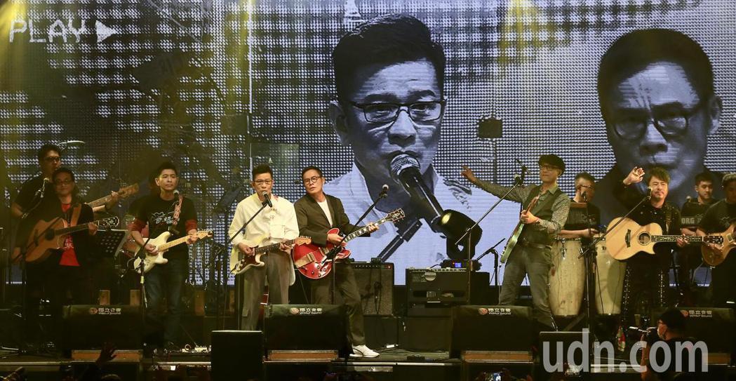 《因為愛琴演唱會》下午在華山1914文創園區Legacy開場,多位歌手一同演唱。...