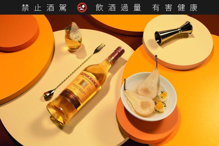 煮熟的梨子漂浮在由經典格蘭傑威士忌和香草製成的糖漿中,成品帶有格蘭傑單一麥芽威士...