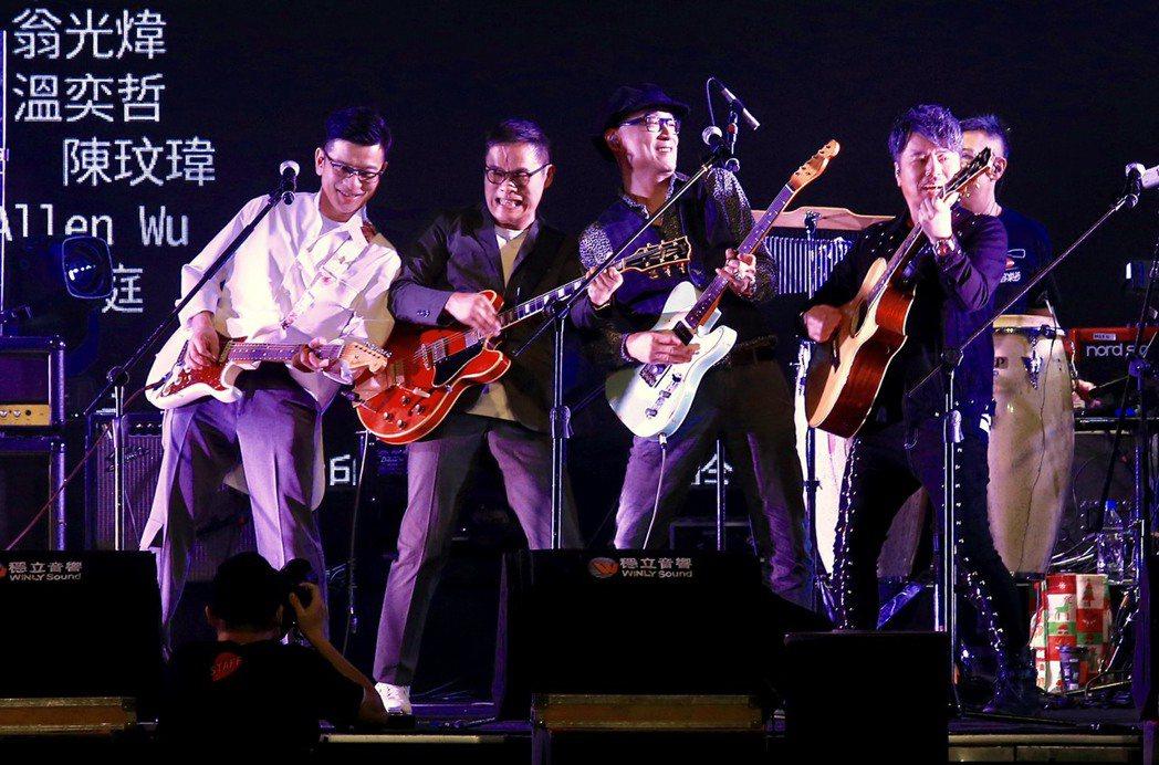 陳子鴻(左起)、羅大佑、王治平與黃國倫齊尬琴。記者林伯東/攝影