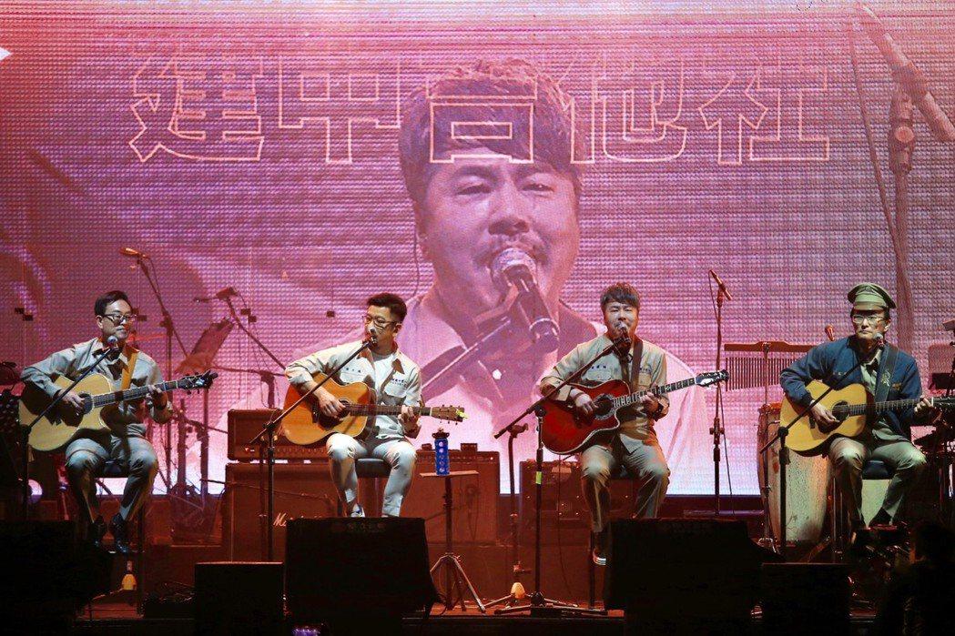 洪本展(左起)、陳子鴻、黃國倫與董運昌穿回高中制服,組「建中吉他社」合唱。記者林...