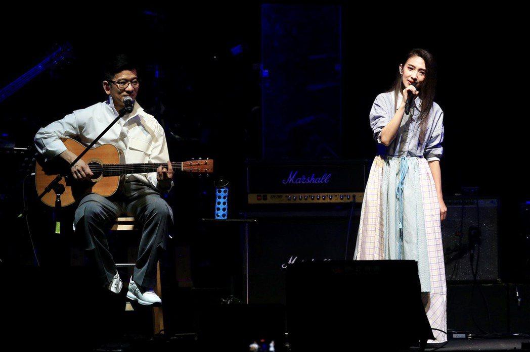 陳子鴻(左)與愛徒戴佩妮合作演出「怎樣」。記者林伯東/攝影
