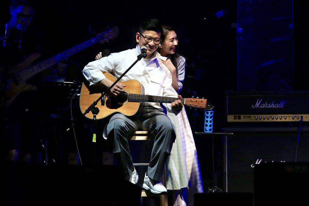 戴佩妮(右)討電吉他想學習,陳子鴻寵愛全答應。記者林伯東/攝影