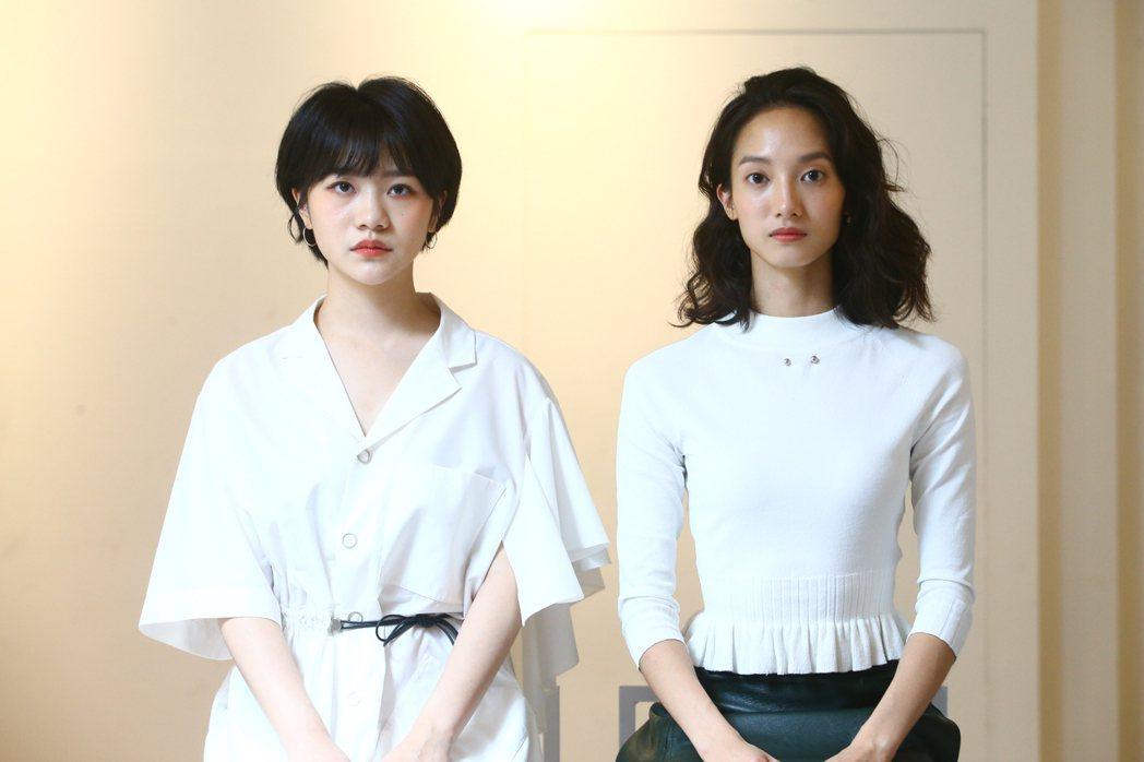 韓寧(右)、李玲葦在「返校」影集中融為一體。記者葉信菉/攝影