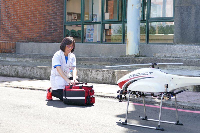 新北市去年試辦無人機送藥計畫,沒想到計畫在今年停擺,關鍵出在飛行成本太高。圖/新北市衛生局提供