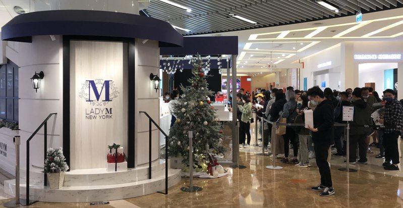 Lady M快閃店首度前往新竹,在巨城周年慶期間每天開店即湧現排隊人潮,每日銷售超過千片。圖/巨城購物中心提供