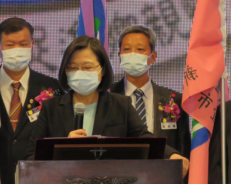 蔡英文總統(中)表示,台灣這次防疫成績優異,經濟穩定成長,全年GDP預估可到2.54%,成為四小龍之首。記者張睿廷/攝影