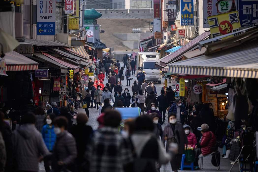 南韓政府廿九日宣布,全國防疫級別提高至一點五級,於十二月一日生效。圖為首爾民眾廿...
