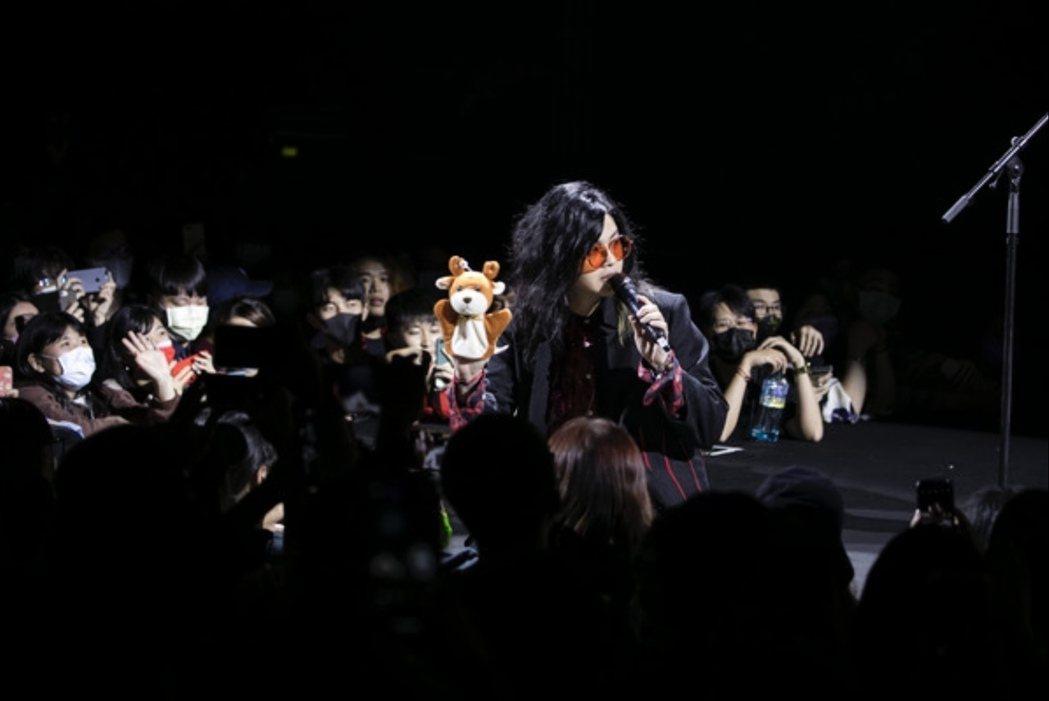 麋先生主唱聖皓跳下舞台,與粉絲近距離互動。圖/相信音樂提供