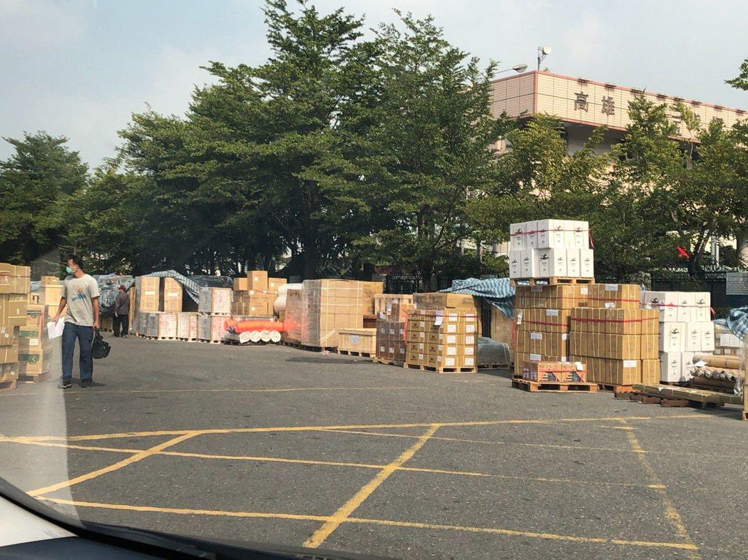 缺櫃讓陽明高雄物流倉塞爆,有些貨只能先堆在戶外。業者/提供