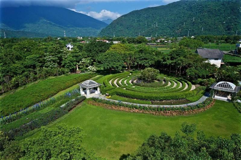 以綠色建築為概念旅宿,融入萬坪有機香草園。圖/有行旅提供