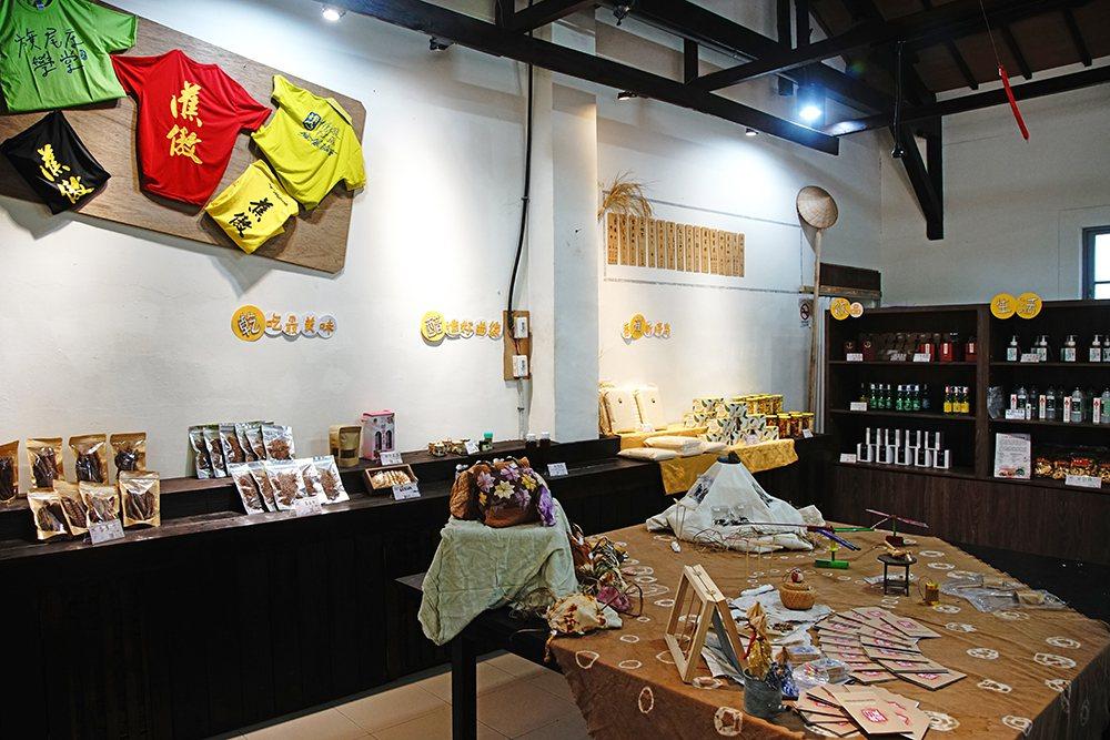 直賣所內販售大旗美地區友善環境的小農產品,包含新鮮農產和各式農產加工品。 攝影/...