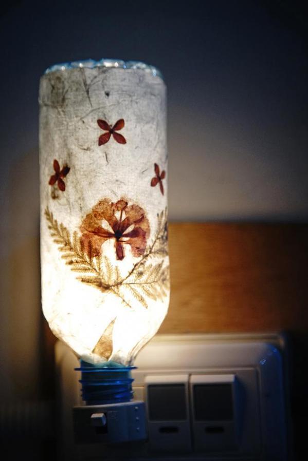 乾燥後的手抄紙加工製成小夜燈,點亮時似乎都能聞到淡淡香蕉味。  攝影/曾信耀