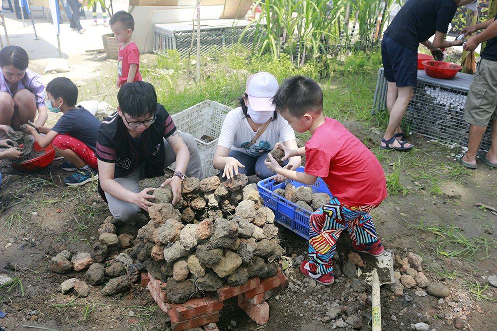 每次舉辦都秒殺的農村運動會活動,根據季節推出不同內容,焢土窯始終是大人小孩的最愛...