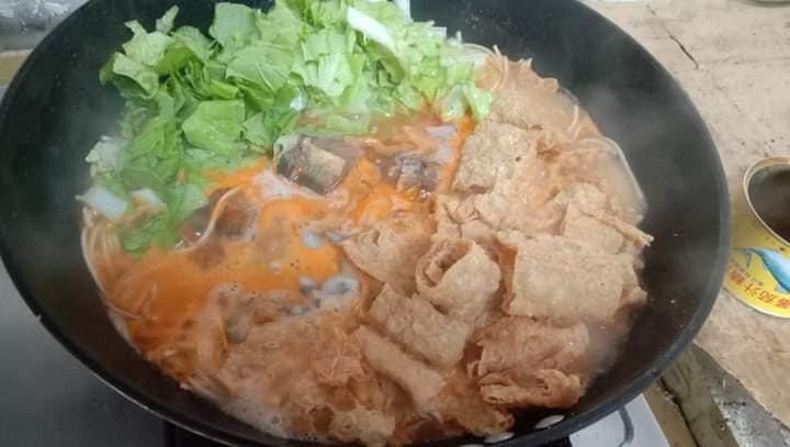 網友推薦,煮麵搭配魚罐頭很方便又好吃。圖/取自臉書