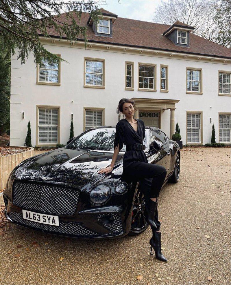 英國伯恩茅斯足球俱樂部行政總裁之妻在IG炫耀丈夫贈送價值531萬元賓利車當作聖誕禮物,引發球界及民眾不滿。 圖/取自RT