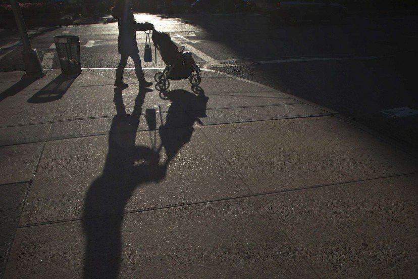 一名母親在上街購物時,把嬰兒車連同嬰兒留在店外。這起事件被媒體報導後,不僅引發社福單位介入,該母親也遭到廣大網友批評。示意圖。 圖/路透社
