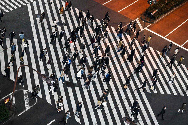 在日外國人認為,日本是同質性很高的國家,只要有不一樣的行為表現,就容易被其他人排斥。圖為東京街頭行人。法新社