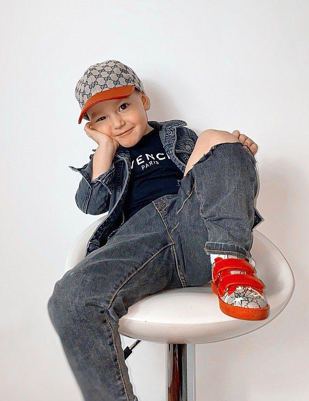 英國3歲男童藉由展示名牌衣物,在社群平台IG圈粉26000粉絲。圖/取自dailymail