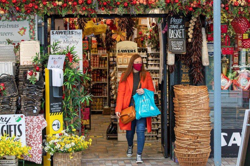 新冠肺炎肆虐全球,確診人數不斷攀高。示意圖,圖為英國一名購物顧客。法新社