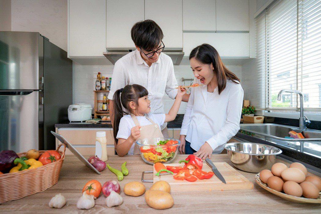 廚房能串起一家人的情感,尤其在疫情影響之下,更有許多人斷捨離外出用餐,選擇擁抱慢...