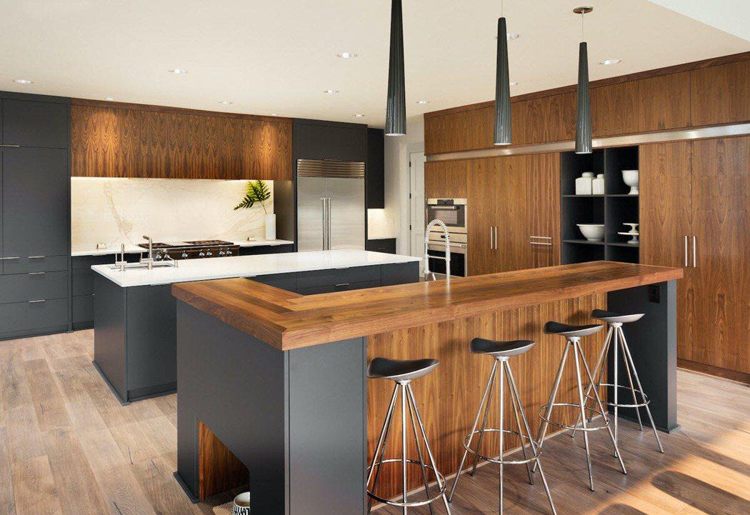 U字型廚房擁有足夠的工作區域及收納空間,但需要較大的空間配置。 圖/21世紀不動...