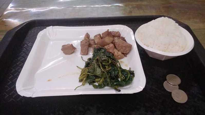 網友只夾2道菜跟1碗飯,結果竟要70元。圖擷自facebook