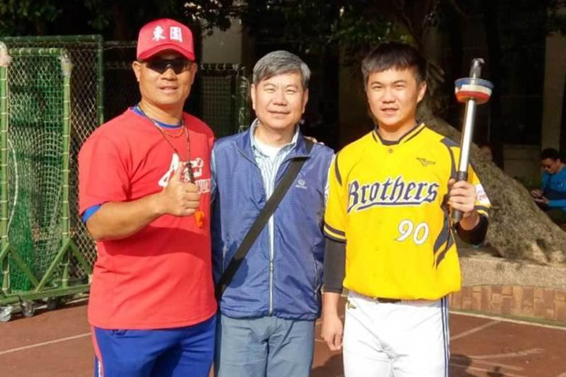 江坤宇(右)與父親江督(中)以及東園國小總教練賴敏男(左)。 賴敏男提供