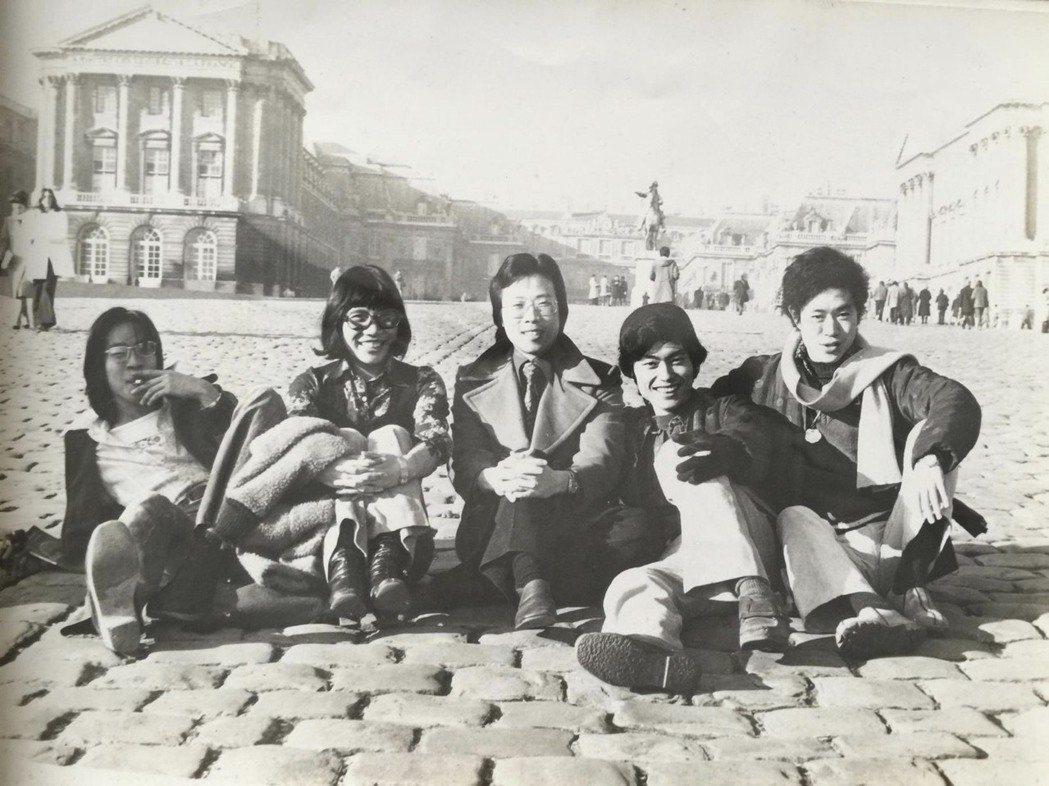 蔣勳發現,是巴黎,讓他敢於走出去。(1974年攝於凡爾賽) 圖/蔣勳提供