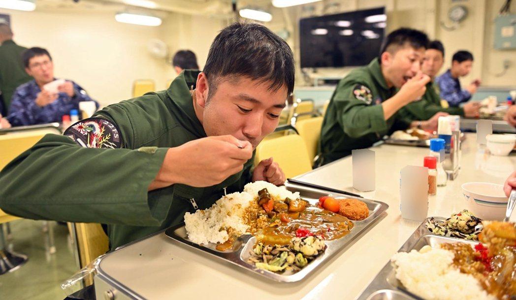自衛隊對於美食如此執著,背後的原因其實為了「募兵」:提高曝光度,讓民眾更能接受、...