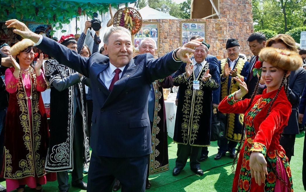 2006年9月,電影上映前、當時的哈薩克總統納札爾巴耶夫(Nazarbayev)...