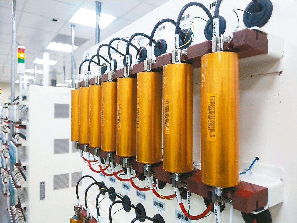 昇陽電池以工研院技術的圓筒型電芯專利設計為基礎,開發出Tabless設計40系列...