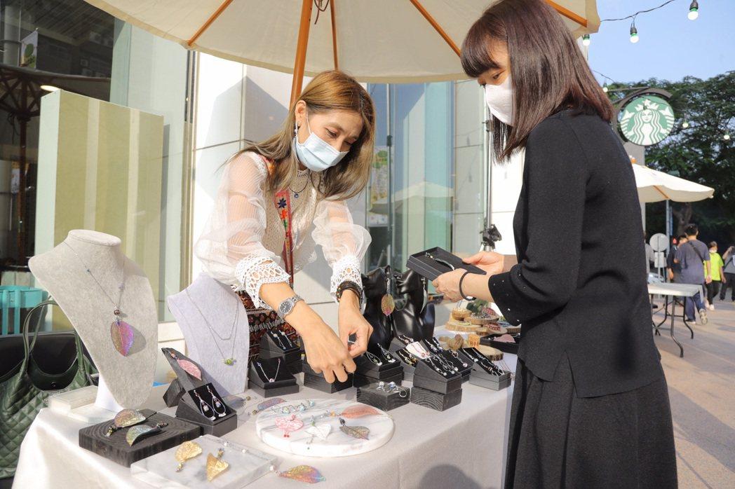 原味台南文創坊的葉子耳飾吸引民眾購買。 嘉藥/提供