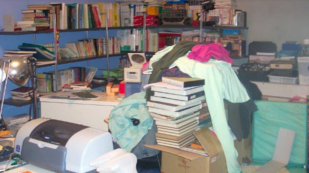 小偷就是躲在Phyllis的房間,之後房間被Phyllis母親囤積更多雜物。