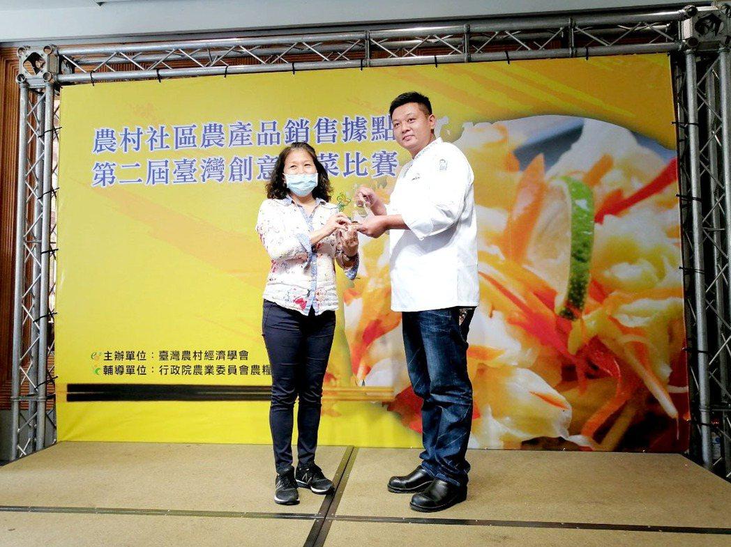 第一名新市區農會毛豆寶寶刈包&豆包黃金泡菜由棒棒積木飯店楊丞紘行政總主廚頒獎。