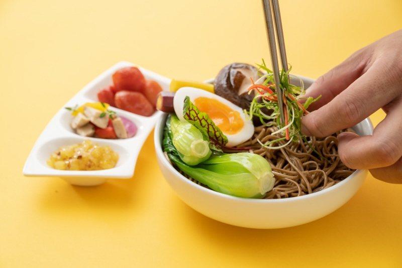 不二堂邀請南港老爺行旅主廚為茶拌麵設計示範套餐,教消費者在家如何運用蔬菜、蛋等等...
