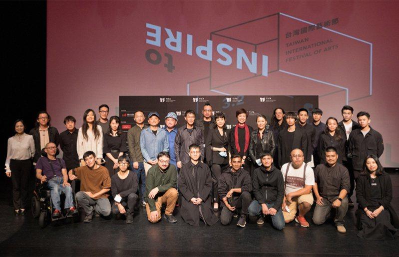 台北國家兩廳院30日宣告2021台灣國際藝術節(TIFA)如期舉辦,參與的藝術家們共同合影,盼用藝術啟發所有人。(國家兩廳院提供) 中央社
