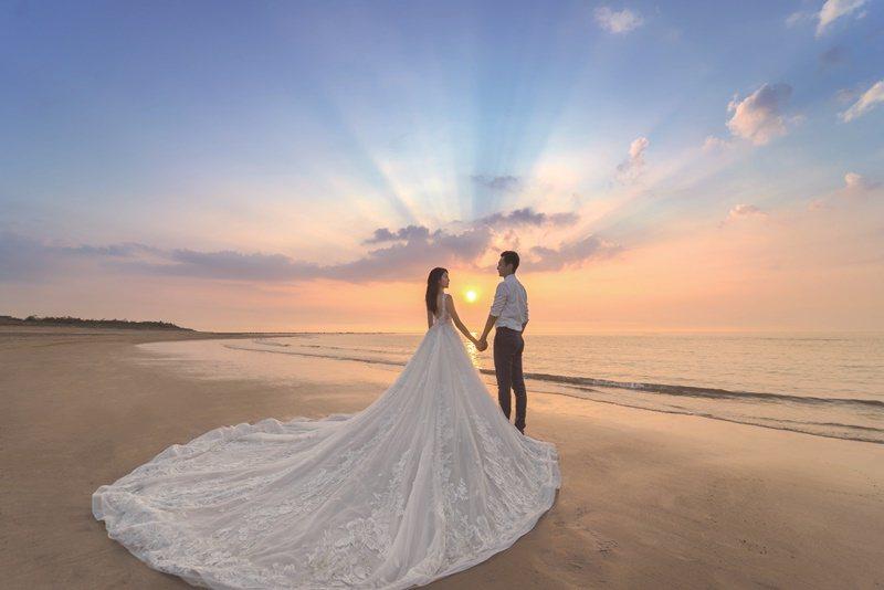 與鯊魚婚紗婚攝團隊、Eva Lai新娘造型團隊跨界合作,提供整合性服務及優惠內容。 圖片提供/台北六福萬怡酒店