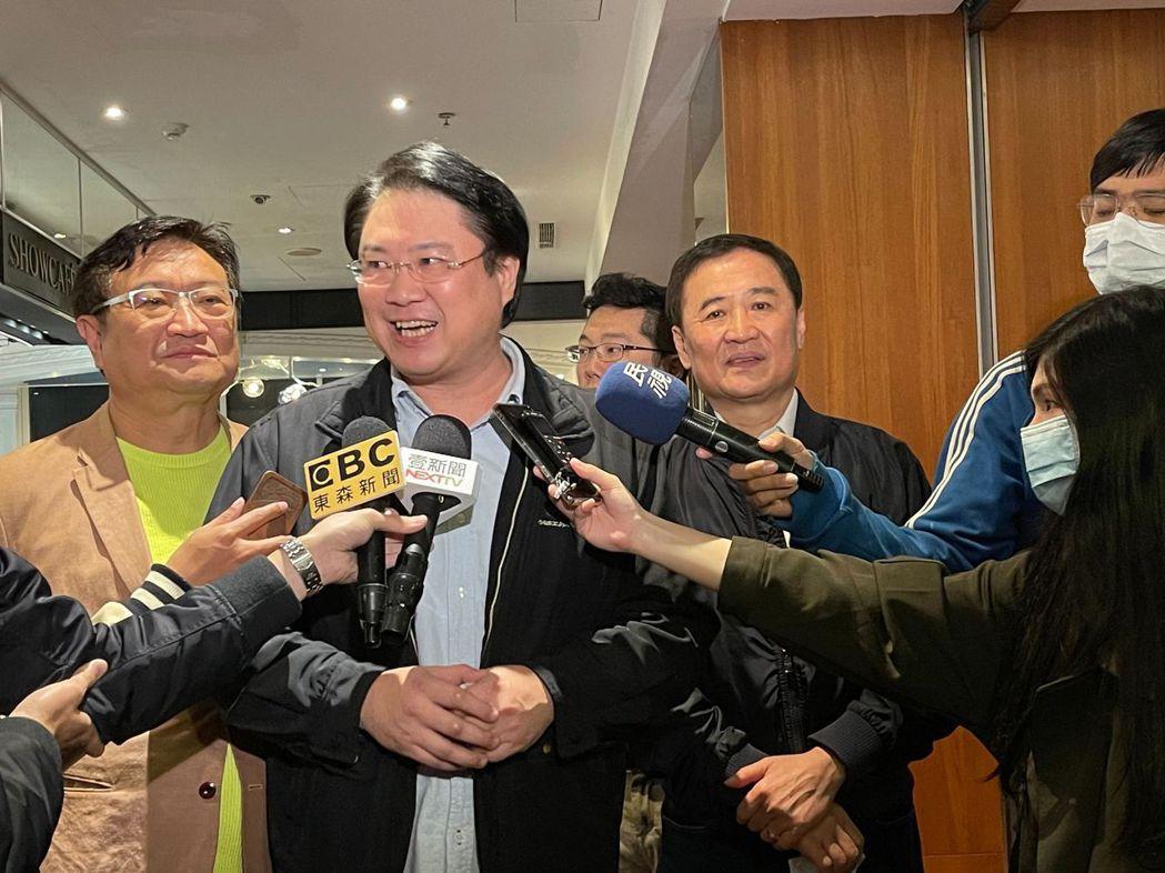 基隆市長林右昌(左二)昨天邀柯團隊前副市長、現任監委陳景峻(右)等人看電影,遭解...
